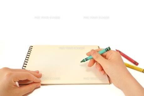 スケッチブックに絵を描くの写真素材 [FYI00280923]