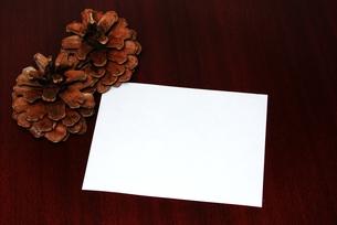 松ぼっくりとメッセージカードの写真素材 [FYI00281056]