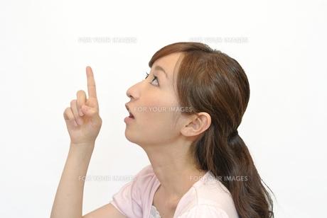 上を指す女性の写真素材 [FYI00281066]