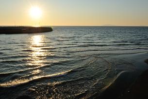 夕日と浜辺の写真素材 [FYI00281268]