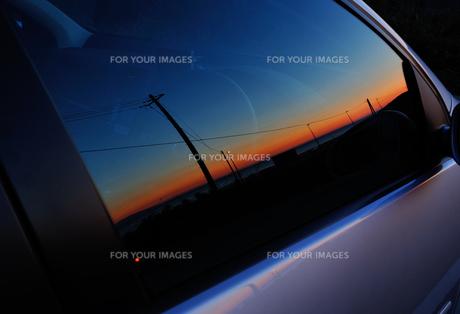 車窓に写った夕景の素材 [FYI00281274]