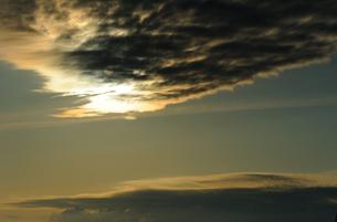雲に隠れた太陽の素材 [FYI00281281]