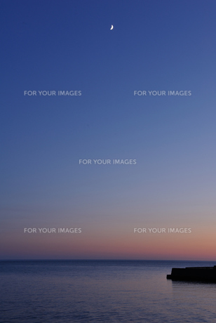 夕暮れと三日月の写真素材 [FYI00281290]