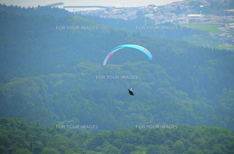 パラグライダーと山の写真素材 [FYI00281304]