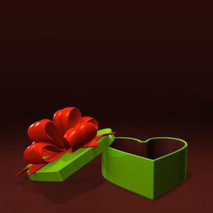 ハート形の緑のプレゼントボックス テキストスペース付の写真素材 [FYI00281967]