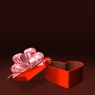 ハート形の赤いプレゼントボックス テキストスペース付の写真素材 [FYI00281976]