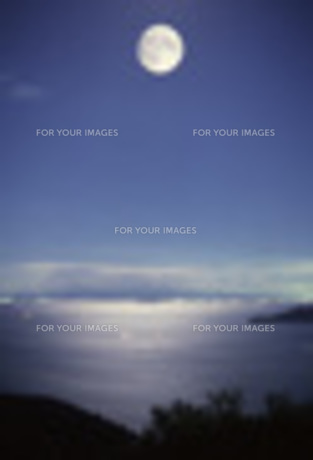 瀬戸内に浮かぶ中秋の名月の写真素材 [FYI00282306]
