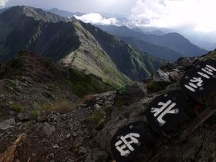 南アルプス・北岳山頂より間ノ岳の写真素材 [FYI00282307]