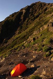 南アルプス・北岳 テント泊の朝の写真素材 [FYI00282312]