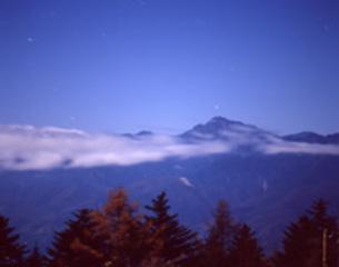 月明かりに浮かぶ南アルプス・北岳の写真素材 [FYI00282322]