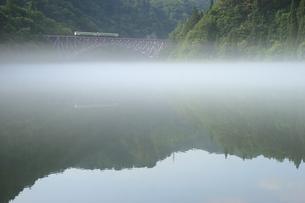 霧の漂う只見川を行く只見線の素材 [FYI00282394]