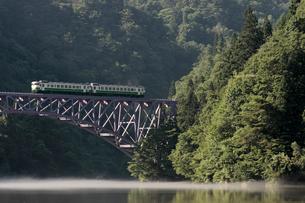 霧の漂う只見川を行く只見線の写真素材 [FYI00282398]