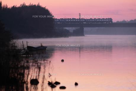 夜明けの那珂川を渡る常磐線の素材 [FYI00282419]