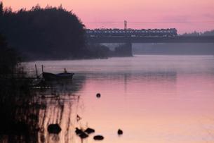 夜明けの那珂川を渡る常磐線の写真素材 [FYI00282419]