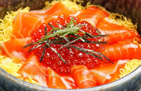 北海道産・鮭いくら丼の写真素材 [FYI00282448]