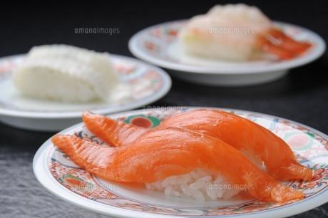 鮭のにぎり寿司の写真素材 [FYI00282461]
