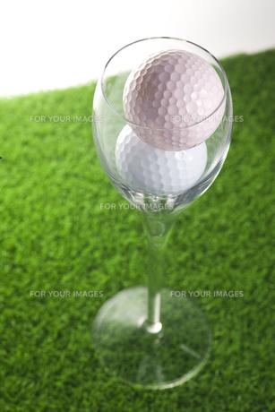 ゴルフボールとフルートグラスの写真素材 [FYI00283266]