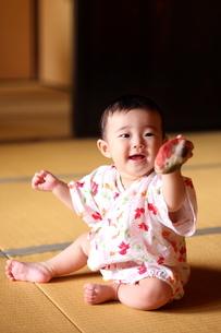浴衣姿の赤ちゃんの写真素材 [FYI00283676]