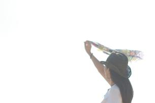 ハンカチを振る女性の写真素材 [FYI00283976]