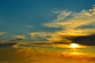 青とオレンジに染まる空の写真素材 [FYI00283978]