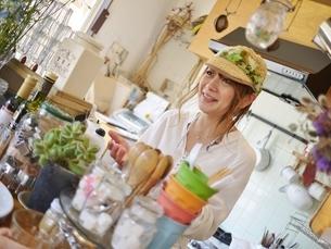 カフェを経営する若い女性オーナーの写真素材 [FYI00284028]