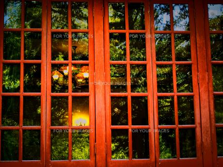 緑が映る赤い窓の素材 [FYI00284090]