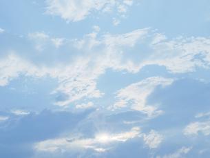 雲の間から見える太陽の光の写真素材 [FYI00284318]