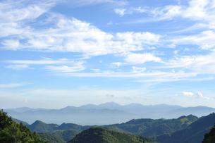 愛媛県伊予郡 銚子ダム公園からの眺め 山脈と雲の風景の写真素材 [FYI00284356]