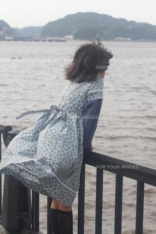 海風を受ける少女の写真素材 [FYI00284437]
