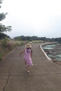 田舎道を駆け抜ける少女の写真素材 [FYI00284443]
