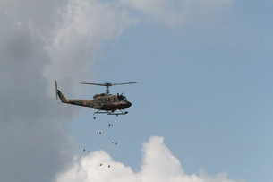自衛隊総合火力演習 ヘリ散布地雷の写真素材 [FYI00284453]