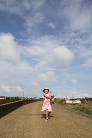 スイカを持って走る少女の写真素材 [FYI00284459]
