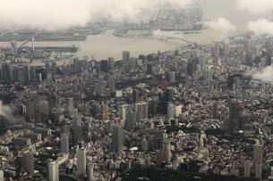 悪天候の東京を空撮の写真素材 [FYI00284473]