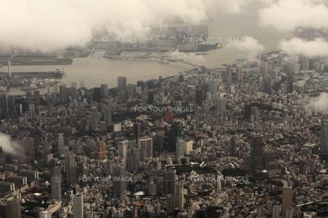 悪天候の東京を空撮の写真素材 [FYI00284486]