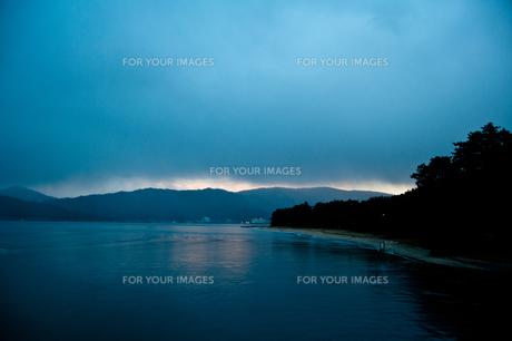 夕景、雲の切れ目から光漏れるの写真素材 [FYI00284905]