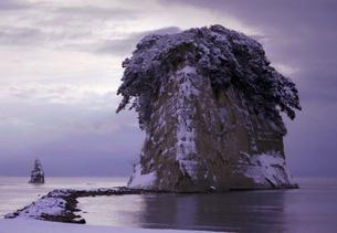 見附島(雪化粧)の写真素材 [FYI00285080]