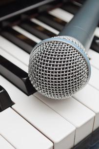 ピアノ鍵盤の上のマイクの写真素材 [FYI00285208]