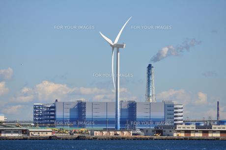 風車と火力発電所の写真素材 [FYI00285215]