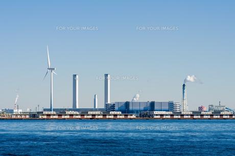 火力発電所と風車の写真素材 [FYI00285225]