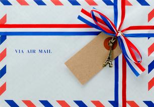 封筒とリボンの写真素材 [FYI00285238]