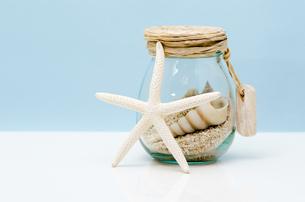 貝殻とガラス瓶の写真素材 [FYI00285261]