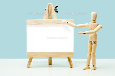 イーゼルと人形の写真素材 [FYI00285307]