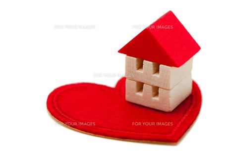 ハートの上の積木の家の写真素材 [FYI00285308]