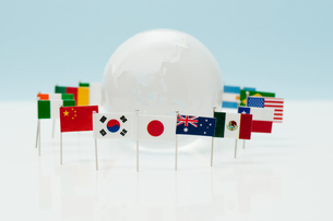 地球を囲む旗の写真素材 [FYI00285309]