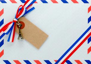 封筒とリボンの写真素材 [FYI00285340]