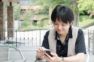 スマートフォンと若い男性の写真素材 [FYI00285349]