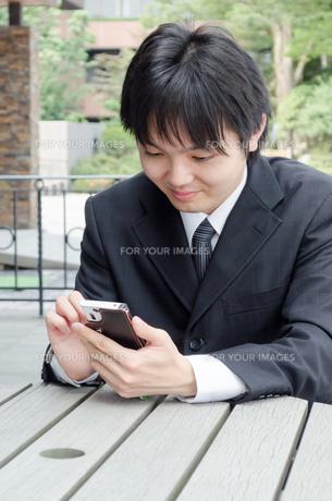 スマートフォンと若い男性の写真素材 [FYI00285356]