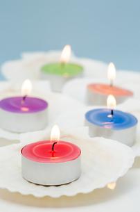貝殻の上の蝋燭の写真素材 [FYI00285358]