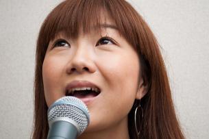 歌う若い女性の写真素材 [FYI00285363]