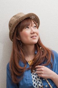 麦わら帽子の女性の写真素材 [FYI00285364]